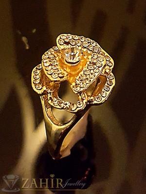 Блестящо цвете от бели кристали, пръстен със златно покритие - P1417
