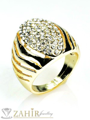 Масивен стилен пръстен с бели кристали и златно покритие - P1383