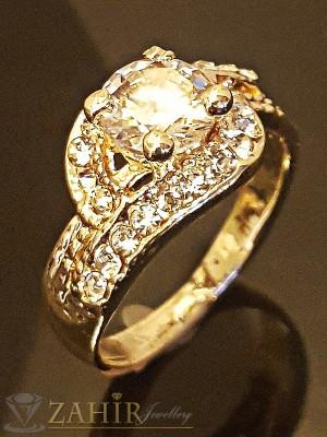 Изящен пръстен с голям циркон, малки бели кристали и златно покритие - P1396
