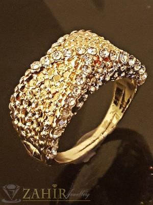 Блестящ гравиран пръстен с нежни кристали и златно покритие - P1402