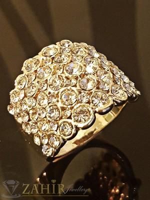 Блестящ пръстен обсипан с многобройни кристали и златно покритие - P1403