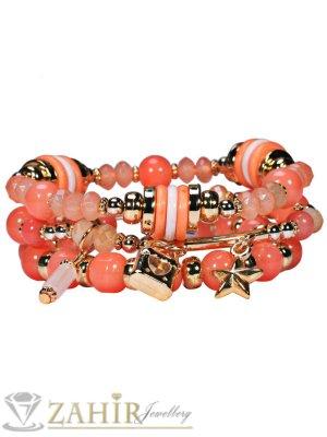 Тройна ластична ръчно низана гривна с коралови топчета и позлатени висулки - G1901