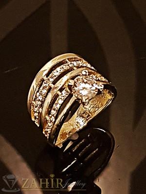 Изящно изработен стилен пръстен с бели кристали и златно покритие - P1429