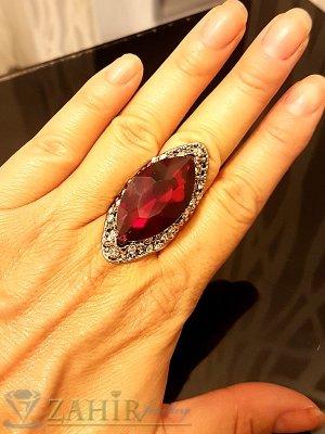 Масивен пръстен с голям червен кристал, циркони и златно покритие - P1455