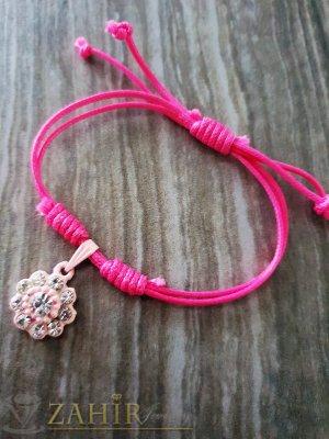 Бледорозови цвете с кристали на розова регулираща се гривна от ваксова корда - E1010