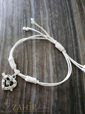 Бяло сърце с кристали на бяла регулираща се гривна от ваксова корда - E1012