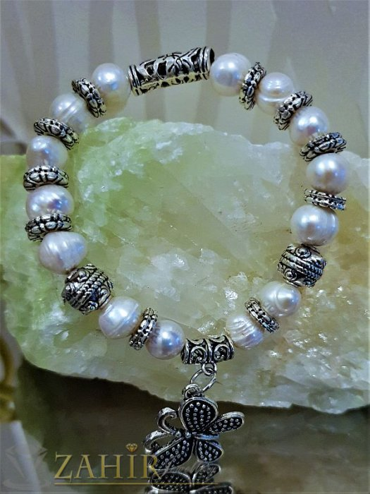 Елегантна ластична гривна 18 см с естествени речни перли, висулка пеперуда и метални елементи - G1948