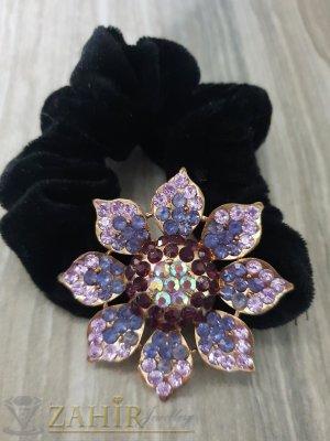 Лилаво метално цвете с кристали на черен велурен ластик - LK1084
