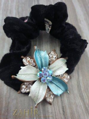 Светло синьо метално цвете с кристали на черен велурен ластик - LK1087