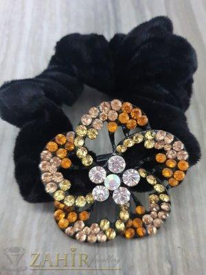 Оранжево-бяло метално цвете с кристали на черен велурен ластик - LK1097