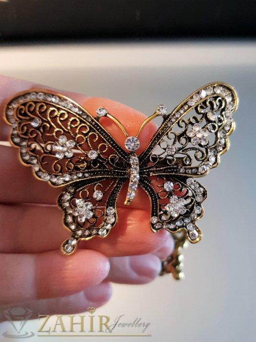 Фино изработена златиста брошка пеперуда 7 на 4 см с многобройни бели кристалчета - B1117