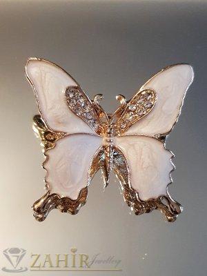 Млечно бяла емайлирана брошка пеперуда 3 на 4 см с бели кристали и златно покритие - B1129