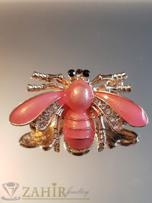 Нежно розова емайлирана брошка пчела 4 на 2 см с бели кристали и златно покритие - B1137