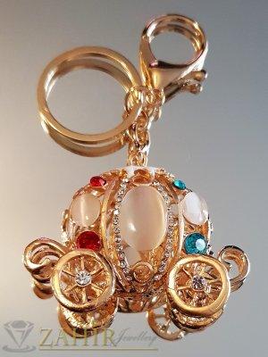 Разкошна позлатена каляска с бели опали и цветни кристали, движещи се колела на ключодържател 12 см - KL1087