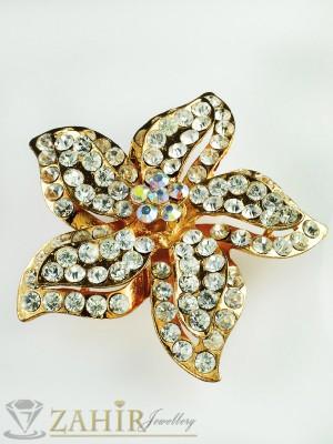 Елегантна брошка цвете - 5,5см с бели кристали и златно покритие - B1069
