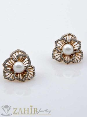 Обеци цвете с бяла перла и златно покритие - O1022