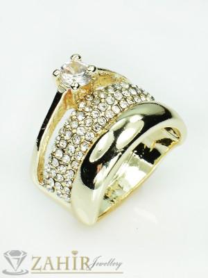 Великолепен троен пръстен с циркон, бели кристали и златно покритие - P1356