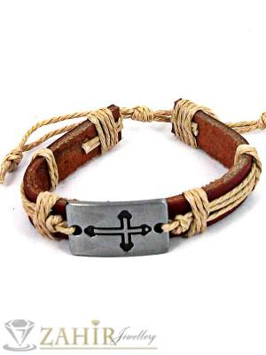 Кафява кожена гривна с метална плочка с кръст 3,5 см, регулираща се дължина - MG1125