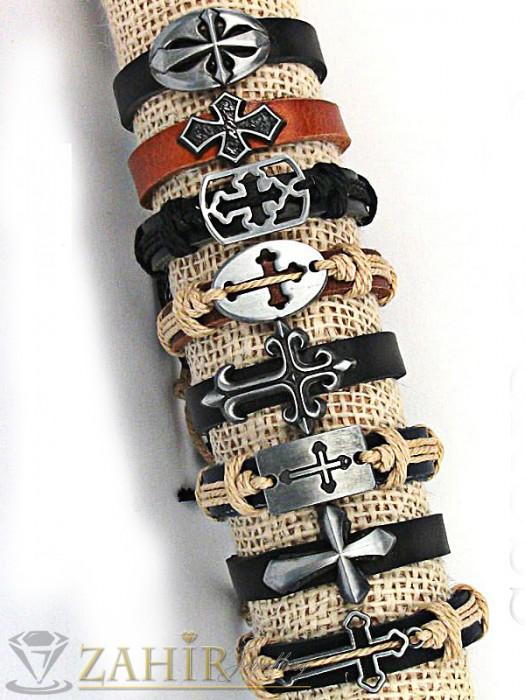 Бижута за мъже - Черна кожена гривна с метална плочка с кръст 3 см, регулираща се дължина - MG1126