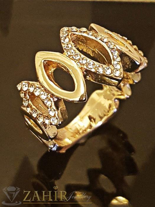 Стилен пръстен с изящни бели кристали, златно покритие - P1398