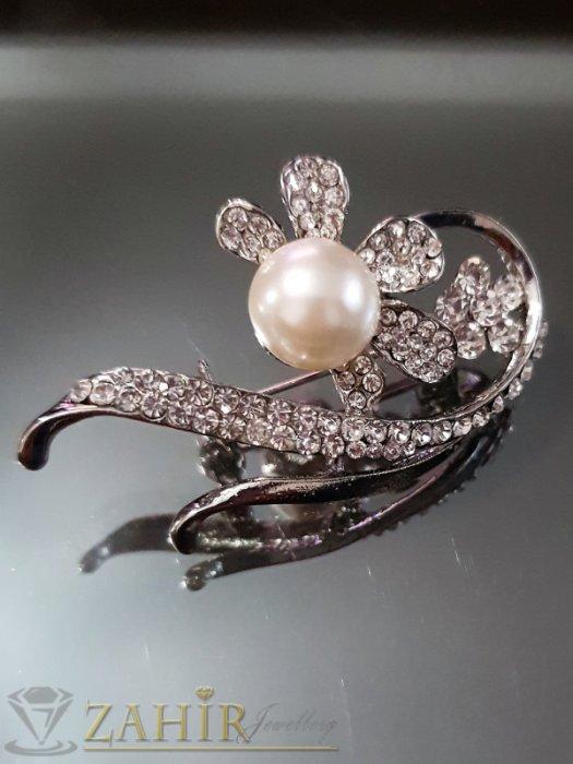 Дамски бижута - Перлена брошка цвете 5 см, икрустирана с бели кристали, сребърно покритие - B1098