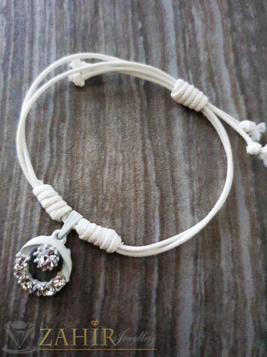 Бяло топче с кристали на бяла регулираща се гривна от ваксова корда - E1011