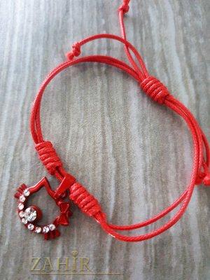 Червено коте с кристали на червена регулираща се гривна от ваксова корда - E1018