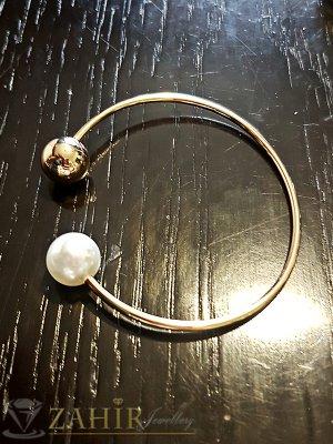 Отворена позлатена гривна тип бенгъл с перла, диаметър 5,6 см за нормална ръка - G1946