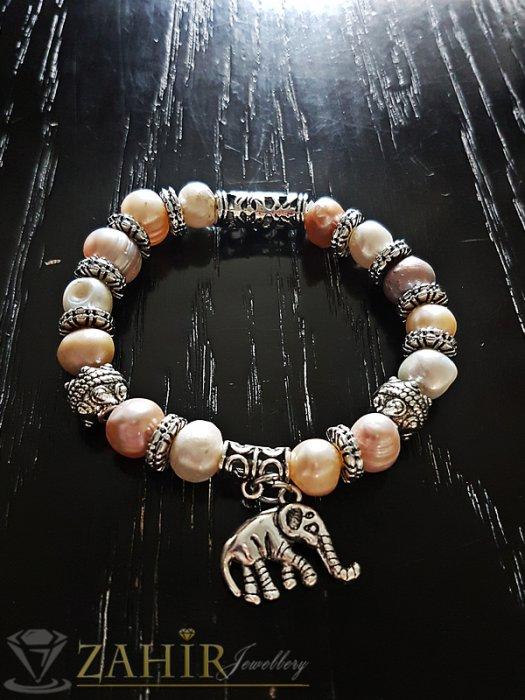 Дамски бижута - Елегантна ластична гривна 18 см с естествени речни перли, висулка слон и метални елементи - G1947