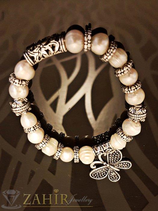 Дамски бижута - Елегантна ластична гривна 18 см с естествени речни перли, висулка пеперуда и метални елементи - G1948