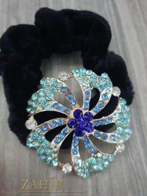 Светло синьо метално цвете с кристали на черен велурен ластик - LK1086