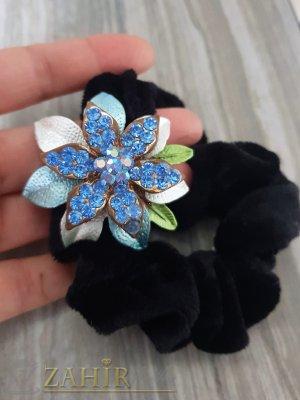 Светло синьо метално цвете с кристали на черен велурен ластик - LK1091
