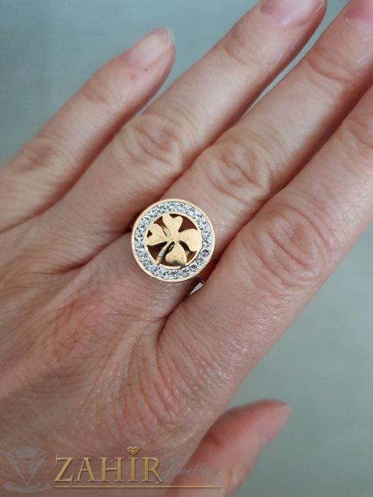 Дамски бижута - Висококачествен стоманен пръстен с кристали и лазерно изрязана детелина, златно покритие - P1480