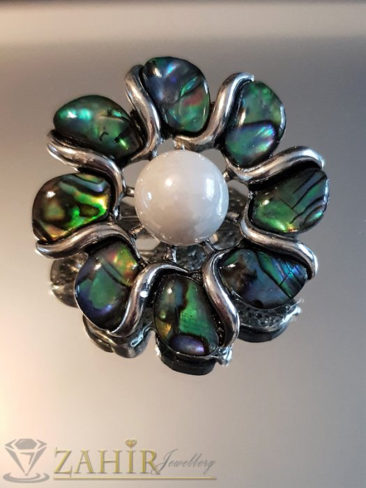 Великолепно цвете брошка 4 на 4 см, с естествен мексикански седеф и синтетична перла, основа стомана - B1121