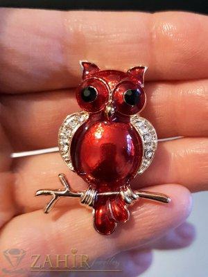 Тъмночервена брошка сова - талисман 4 на 2 см, цветен емайл и бели кристали, златно покритие - B1125