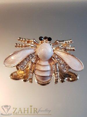 Бяла емайлирана брошка пчела 4 на 2 см с бели кристали и златно покритие - B1136
