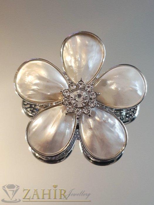 Бяло седефено цвете брошка или висулка за колие, 5 на 5 см, с бели кристали - B1142