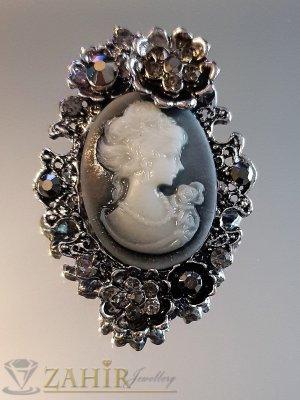 Графитена ретро брошка 5 на 3,5 см с портрет на дама и сиви кристали - B1150