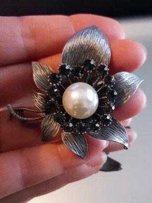 Изящно изработено цвете брошка или висулка за колие, 5,5 на 5,5 см, с перла и черни кристали - B1151