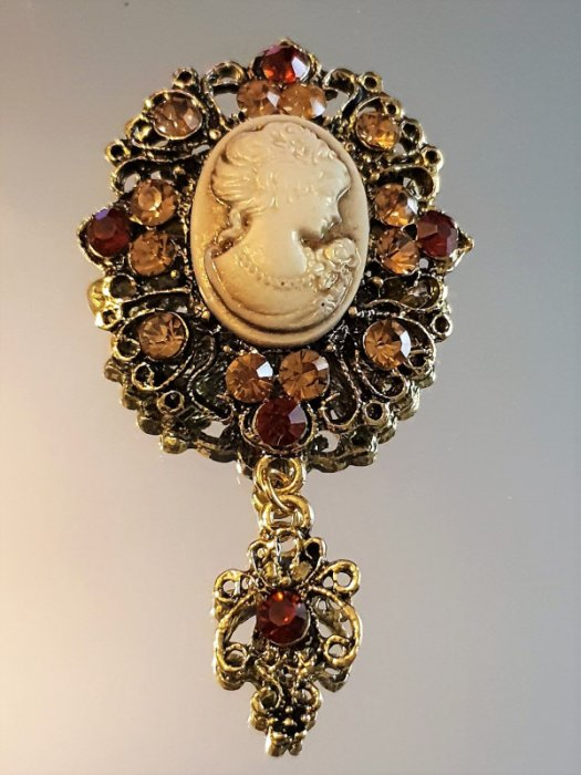 Дамски бижута - Златиста кристална ретро брошка 6 на 4 см, с портрет на дама и кехлибарени кристали - B1152