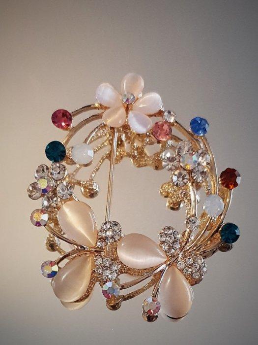 Дамски бижута - Кристална брошка с цветя и пеперуди, 5 на 5 см, цветни кристали, котешко око и златно покритие - B1161