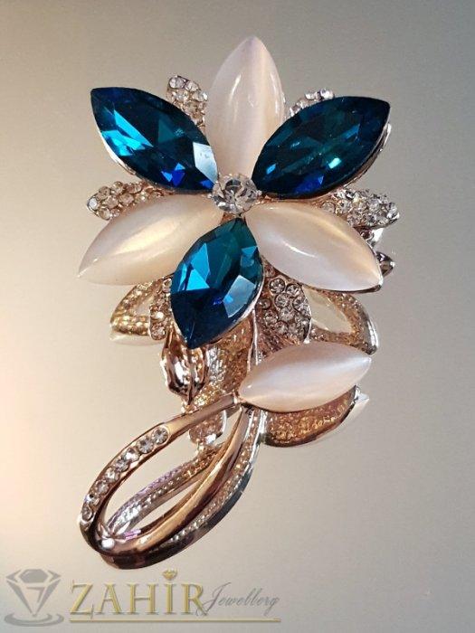 Елегантна брошка кристално цвете 6 на 3,5 см, с млечно бели и сини кристали, златно покритие - B1164