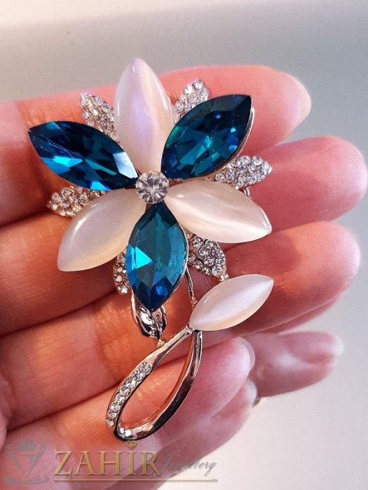 Дамски бижута - Елегантна брошка кристално цвете 6 на 3,5 см, с млечно бели и сини кристали, златно покритие - B1164