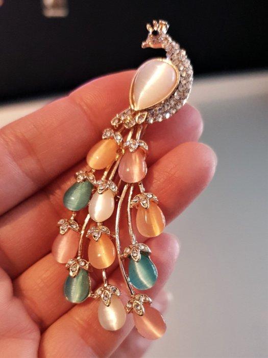 Дамски бижута - Изящна многоцветна брошка паун 8 на 5 см с преливащи камъни котешко око и златно покритие - B1166