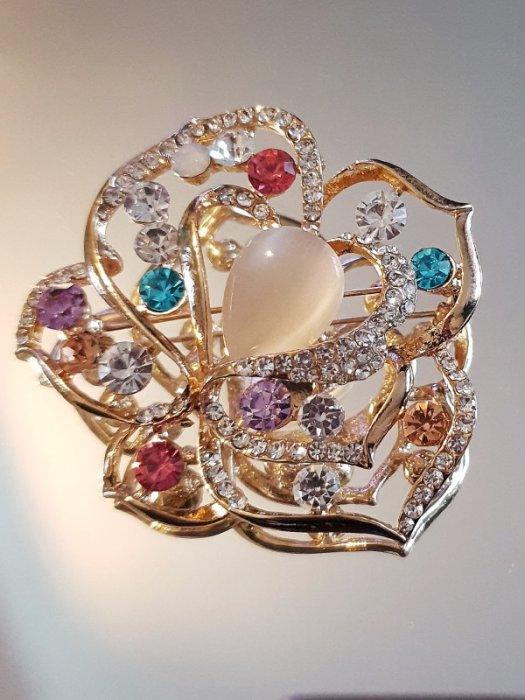 Първокласно многоцветно кристално цвете брошка 6 на 5 см с камък котешко око и златно покритие - B1167