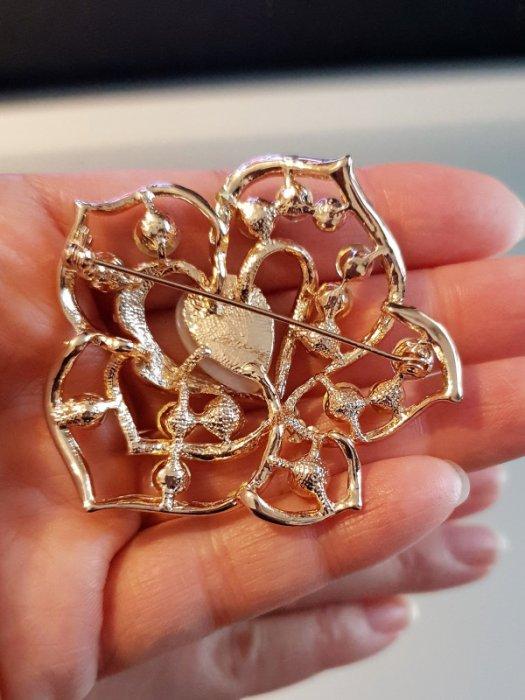 Дамски бижута - Първокласно многоцветно кристално цвете брошка 6 на 5 см с камък котешко око и златно покритие - B1167