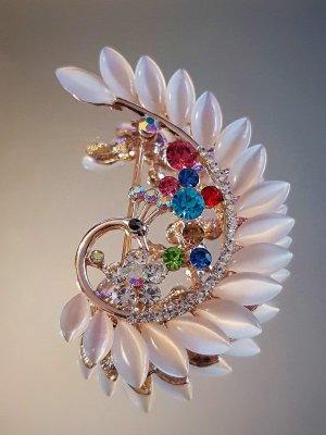 Изящно изработена брошка паун 6 на 4 см с бяло котешко око, цветни кристали и златно покритие - B1170