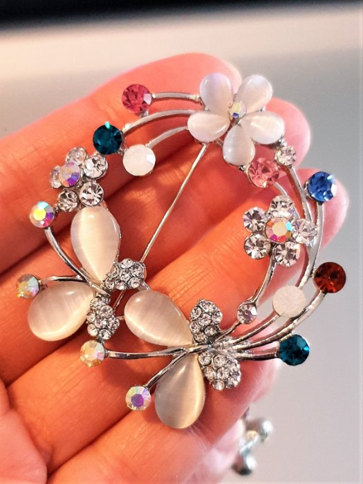 Дамски бижута - Кристална брошка с цветя и пеперуди, 5 на 5 см, цветни кристали, котешко око и сребърно покритие - B1173