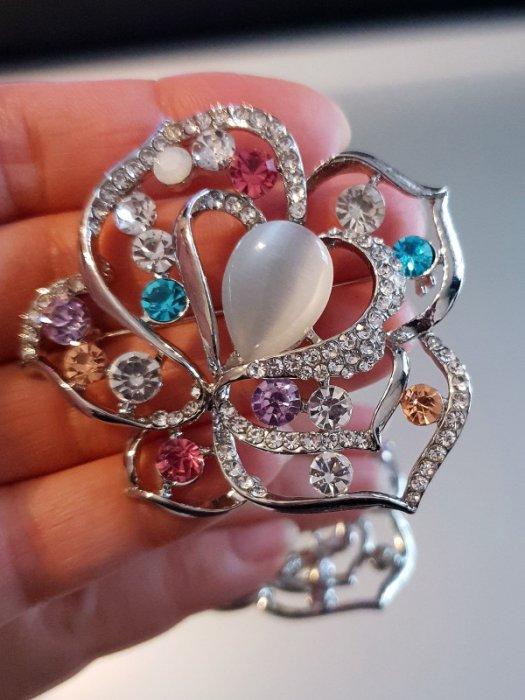 Дамски бижута - Първокласно многоцветно кристално цвете брошка 6 на 5 см с камък котешко око и сребърно покритие - B1175