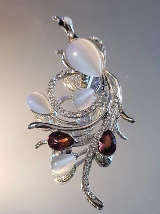 Дамски бижута - Красива брошка или висулка за колие кристален паун 8 на 3 см с котешко око и сребърно покритие - B1177